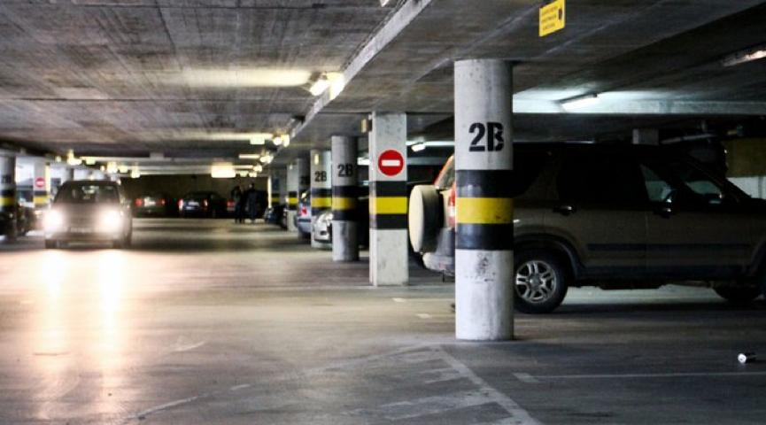 Kokiomis medžiagomis privaloma apsaugoti tranzitinius elektros kabelius požeminiuose garažuose?