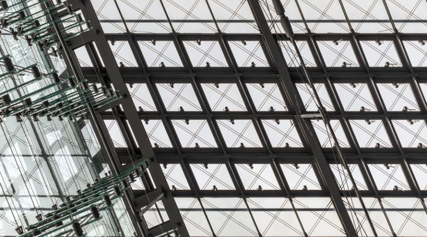 Plyšiai tarp sienų arba aukštų perdangų ir stiklinių fasadų.